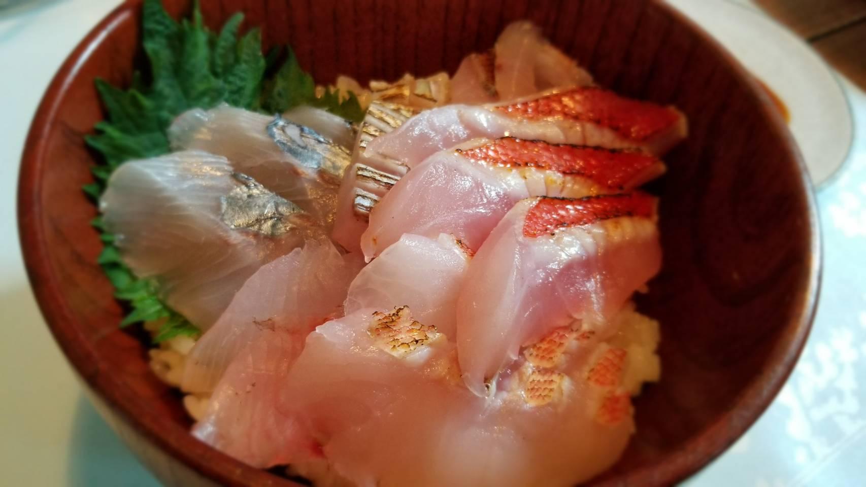 鮮魚セットの海鮮丼