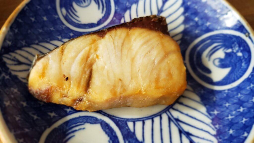 焼くと塩鮭に近い独特の香りを感じる