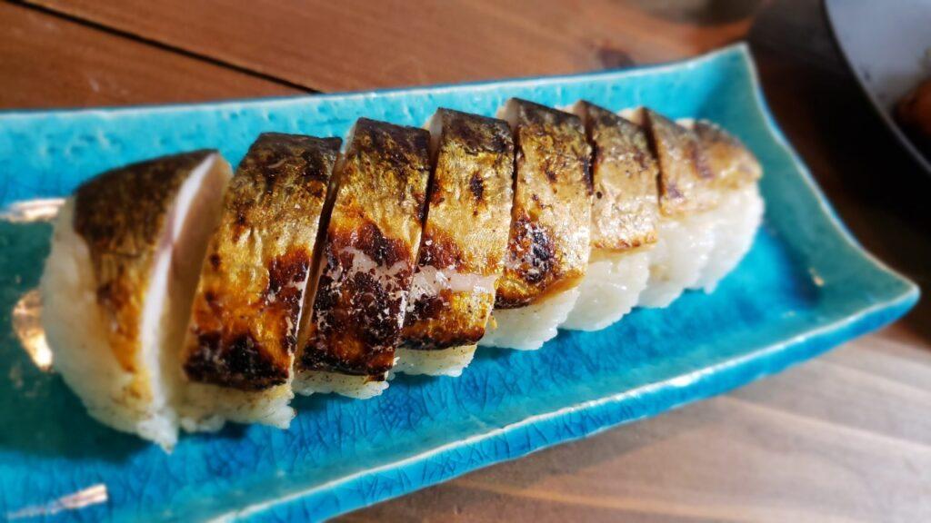 荒々しい感じのある焼き鯖寿司