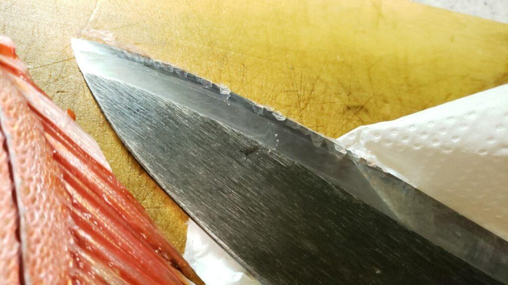 包丁を入れるたび鱗がつく