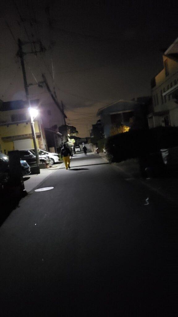 まだ暗い中駐車場から船宿へ向かう