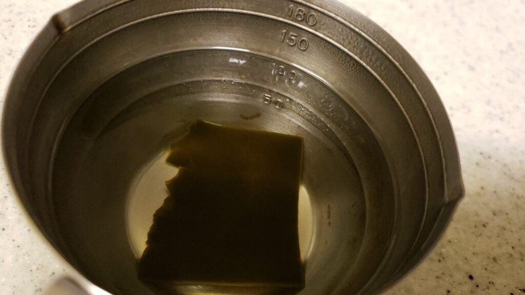熱いうちに昆布を入れると出汁が短時間で出る